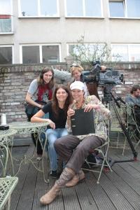 Silvia mit Autorin und Kamerateam