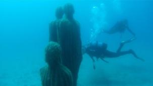 Mensch und Kakteen im Unterwassermuseum Museo Atlantico